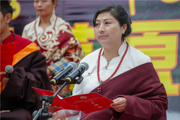 4、开幕式由中共雅江县委常委、宣传部长马德芬主持 摄影 刘斌.JPG