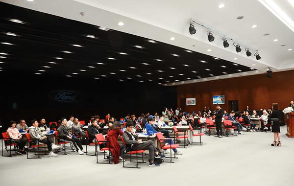 近百个重庆家庭和参与了福特安全驾驶训练营,学习安全驾乘的知识与技能.JPG