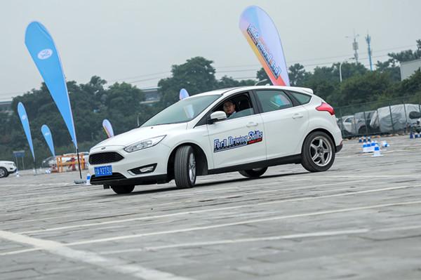 在安全驾驶培训区,参与者可以体验湿滑路面等状况下的车辆操控,掌握安全行车的技能.JPG